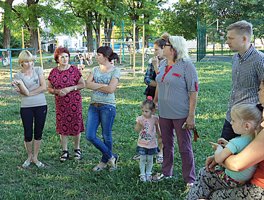 Жители микрорайона  вместе с председателем ТОСа № 2 Валентиной Стариковой (вторая слева) и главой поселения Евгением Бессоновым обсуждают что надо сделать на  детской игровой площадке.