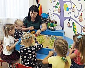 На снимке: занятие с детьми младшей возрастной группы проводит педагог-психолог Оксана Александровна Шумко. Фото предоставлено автором.