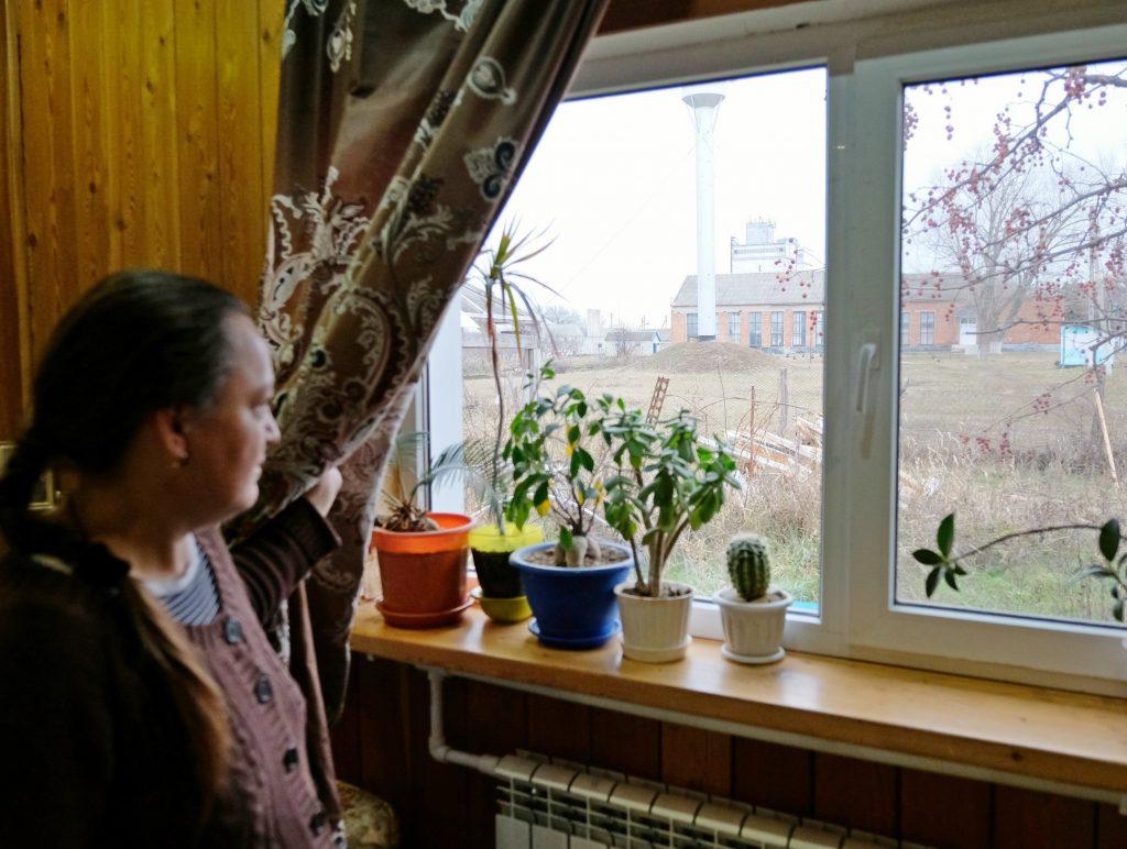 Из своего окна многодетная мама Елена Курбала видит здание старой школы. Фото: Владимир Аносов/ РГ