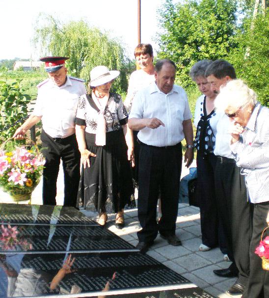 Представители павловской делегации и обелиска с обновленными плитами.