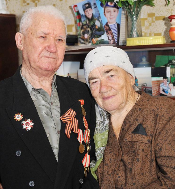 новопластуновцы  Виктору Гордеевичу – участнику войны, ветерану труда – в конце июля исполняется 85 лет. А вскоре он вместе с супругой, труженицей тыла Анной Мироновной отметит бриллиантовую свадьбу.