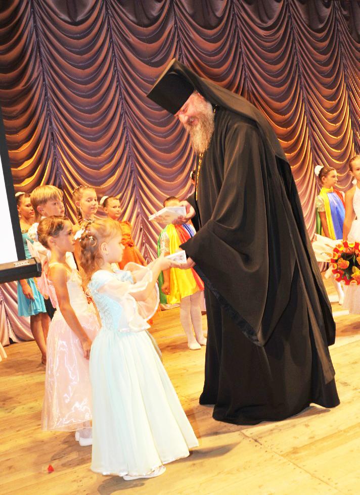 Игумен Стефан (на снимке) поблагодарил, выйдя на сцену, всех  юных участников,  вручив им небольшие подарки.