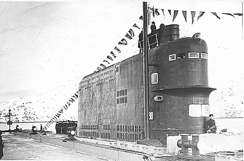 Боевая рубка подлодки 629-го проекта. Подъем военно-морского флага. Оленья Губа. 1974 г.