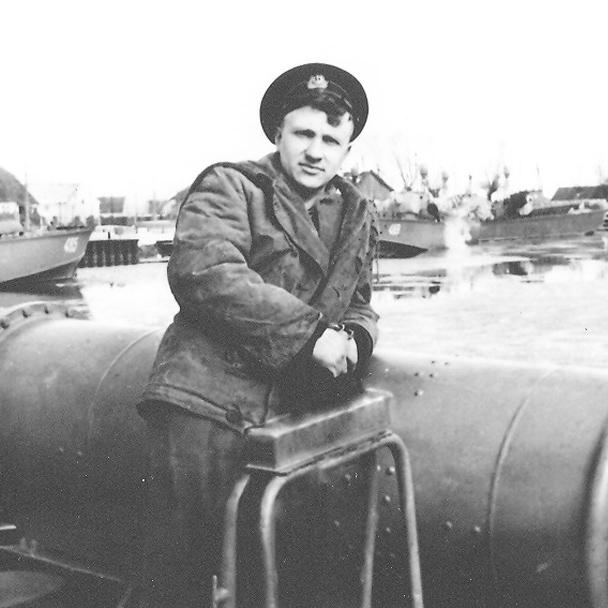 В.Ф. Гуркалов – в мичманской фуражке сфотографировался у торпедного аппарата. Таким он был в 1958-м.