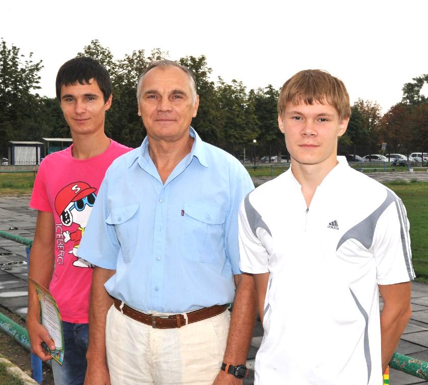 Слева направо: Роман Литвиненко,  тренер Александр Васильевич Черный, Никита Попов.