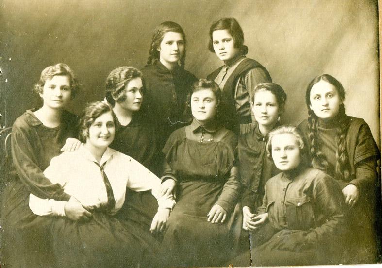 Анастасия Анисимовна РОВНАЯ (в замужестве Пушнова) со своими одноклассницами, примерно 1922 год.