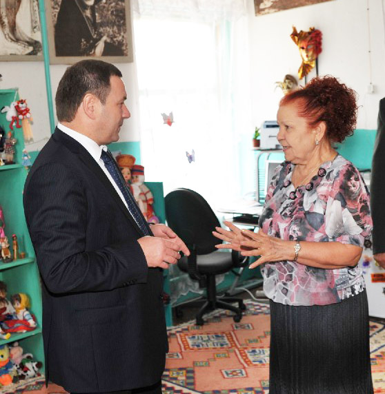 Вера Савельева рассказывает о творческих планах бывшему вице-губернатору края, ныне президенту Агропромышленного союза Кубани Евгению Громыко во время его визита в Старолеушковскую