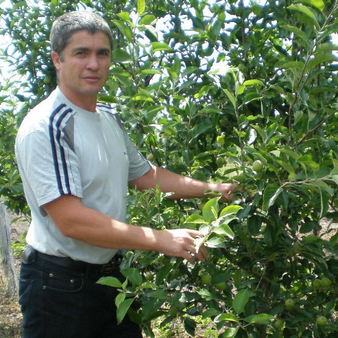 Н.И. Гербутов в своем саду