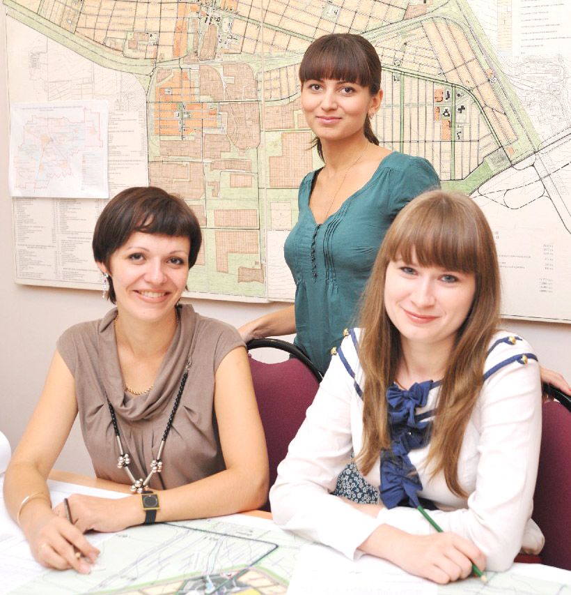 Успешные молодые специалисты управления архитектуры (слева направо) О.Н. МАЛИЦИНА,   Ю.Н. МОРОЗ и Ж.В. БЕЛИЦКАЯ