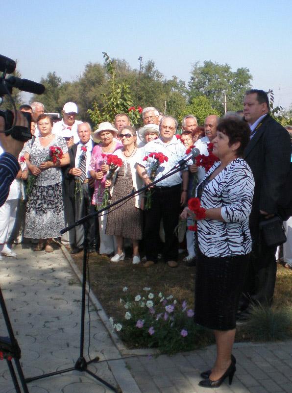 Директор СШ № 14 Т.А. Сахно приветствует участников митинга у памятника В.И. Муравленко.