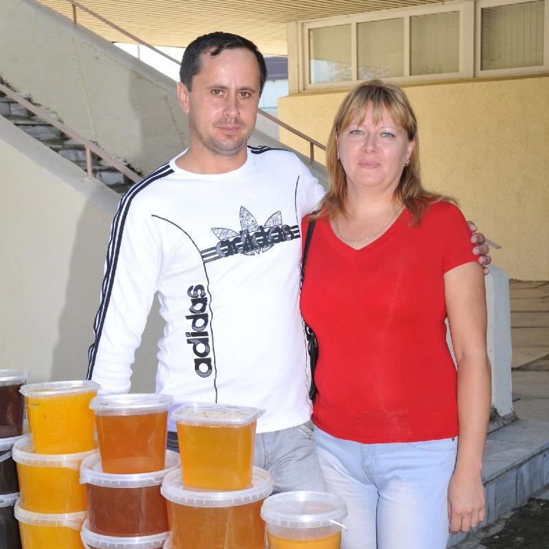Супруги Марченко из ст. Старолеушковской реализуют раздичные виды мёда, которые получают  на свеой пасеке