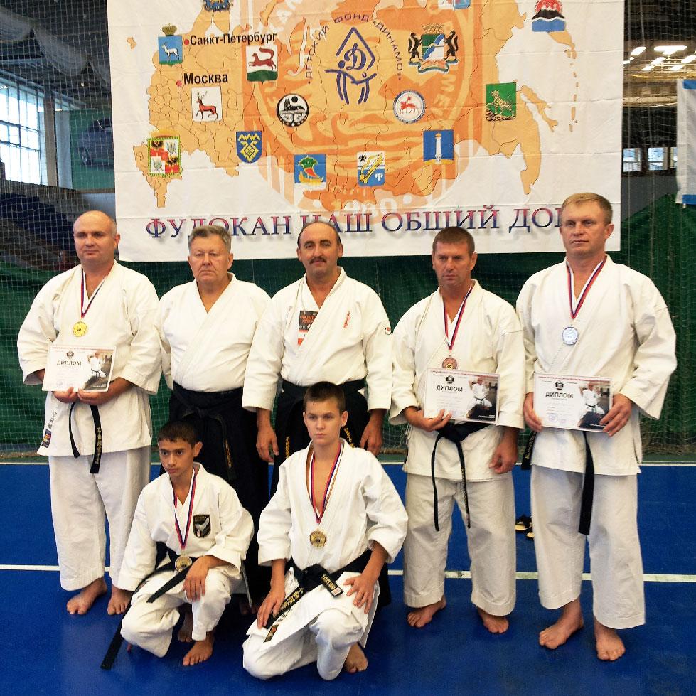 Слева направо (стоят): В.ТАРАНИН, А. ЩУКИН, В. САВРАНСКИЙ, В. РАХИНСКИЙ, В. МИЛОСЕРДОВ, внизу: Ю. МКОЯН, Д. КОНСТАНТИНОВИЧ.