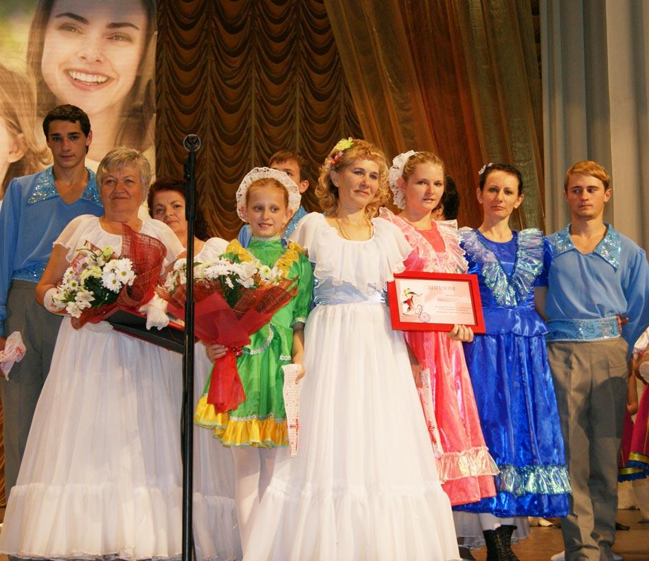Н.Н. Закареишвили  (в центре) с дипломом лауреата