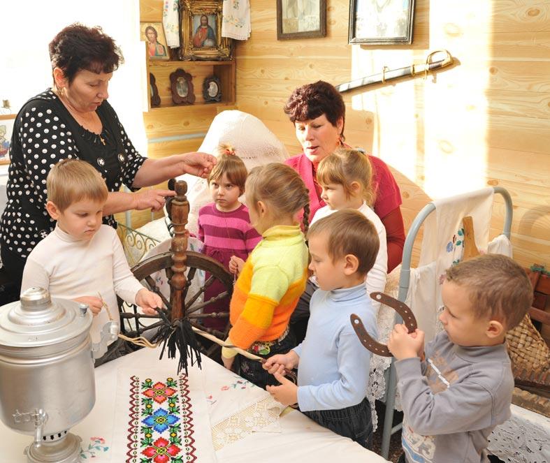 Занятия в музее ведут воспитатели Анна Николаевна ШЕРСТЮК (слева)  и Галина Петровна ПРАСОЛ