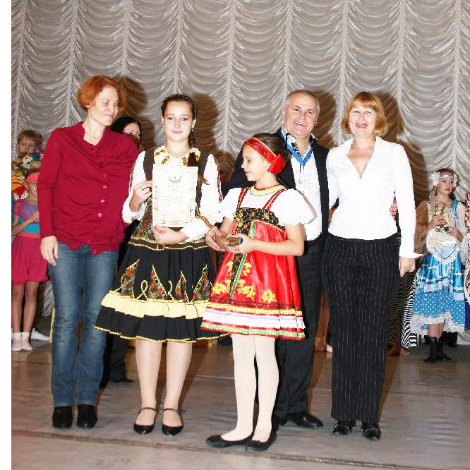 На снимке после финальной церемонии с членами жюри Галина Копрякова (крайняя справа), Катя Вирченко (вторая слева) и рядом с ней Яна Спичак