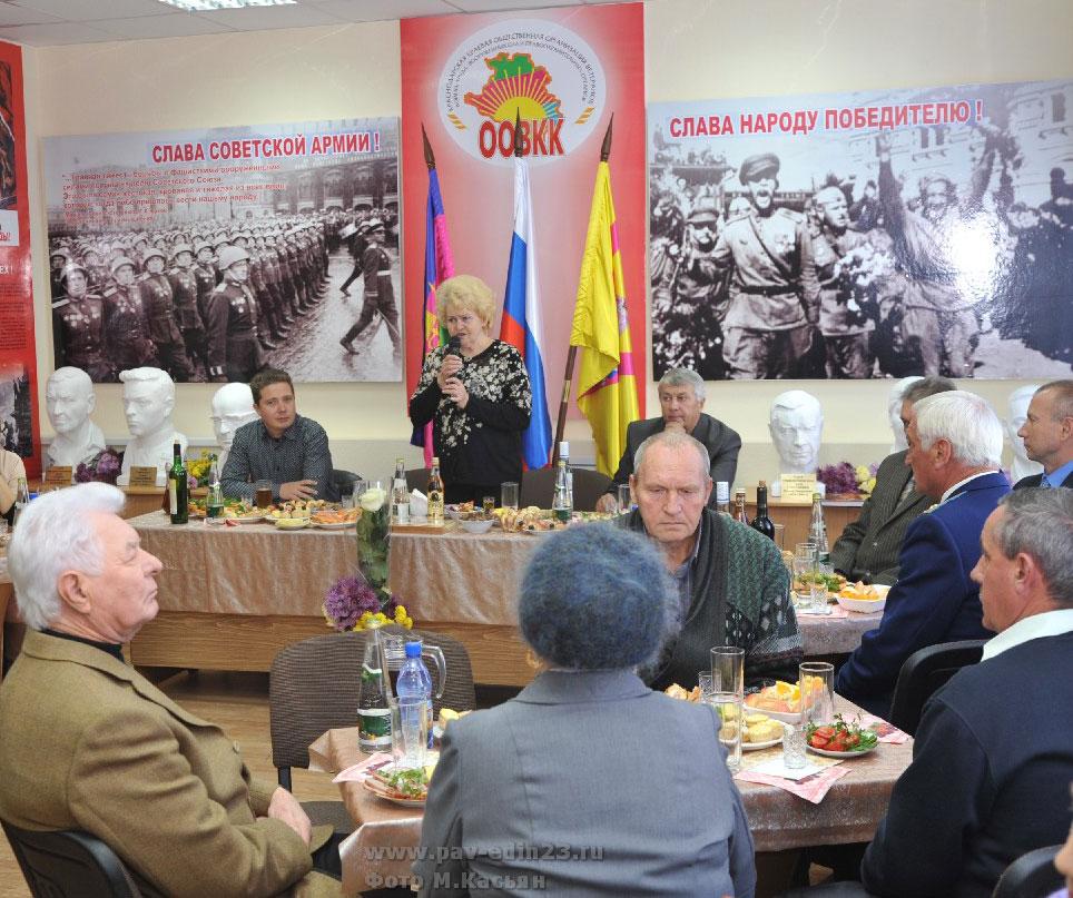 Руководитель районного совета ветеранов З.С. Капканец приветствует гостей,  газета «Единство», Павловский район.
