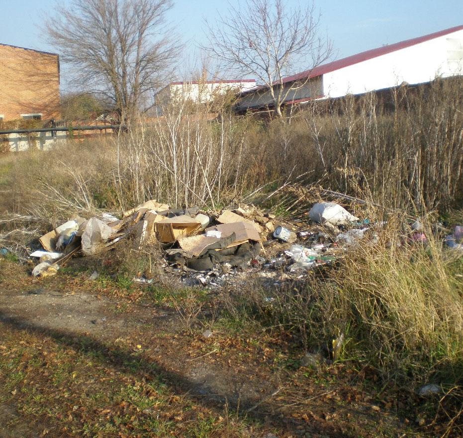 Куча мусора возле гаражного кооператива