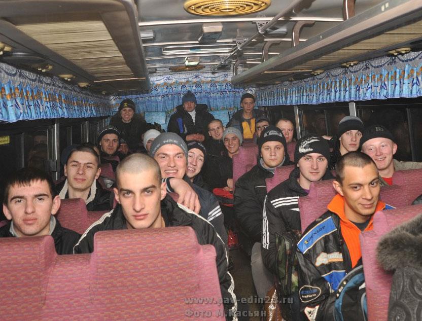 """""""Счастливого пути! Через год ждем домой"""". Этот снимок наш фотокор сделал в автобусе."""