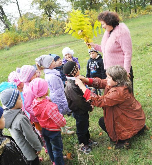 На снимке: урок живой природы в подготовительной группе ведет воспитатель Т.А. КАРАСЕВА, а помогает ей младший воспитатель С.В. ОСАУЛКО.