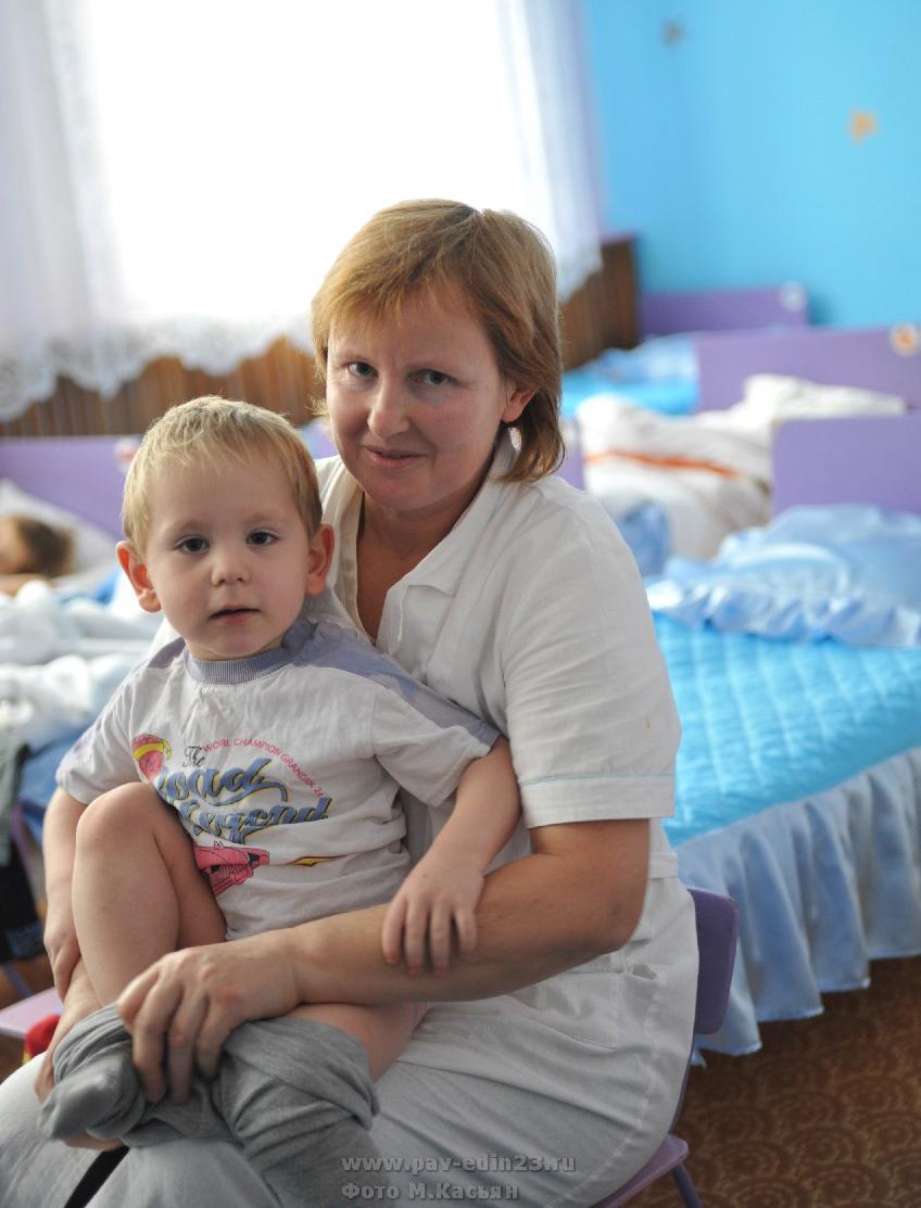 В обновленной силами родителей и воспитателей спальне отдыхать детям гораздо приятнее. На снимке воспитатель Ирина Владимировна Матвейченко.