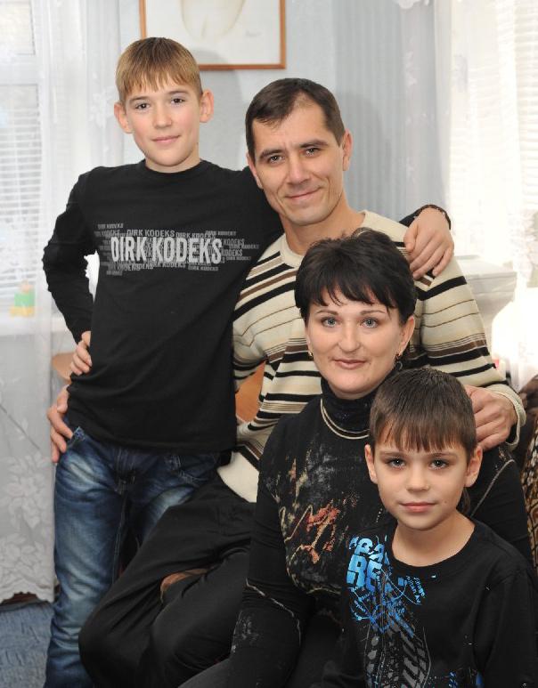 Семья Черенок: Владимир Викторович, Елена Геннадьевна, Даниил (стои) и Сергей