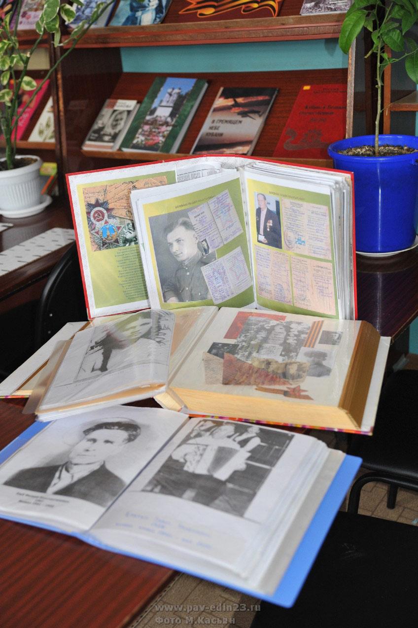 Фотоальбомы о защитниках Отечества – земляках бережно хранят в Новолеушковской сельской библиотеке.