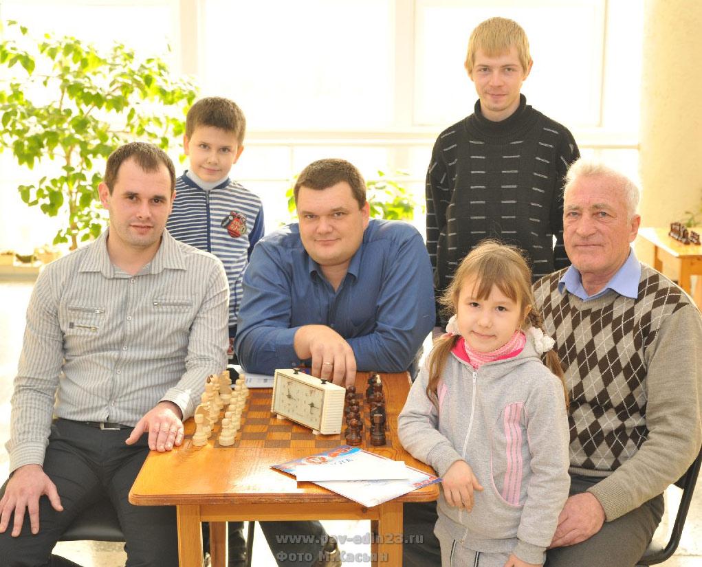На снимке (слева направо) внизу:   Максим ПОНУЖАЕВ, Аркадий ГУКОВ, Ксения ПАТРУШЕВА (самая молодая участница турнира), Петр ГОЛЕНСКИЙ,  стоят: Кирилл МУХИН, Денис КАШКАХА.