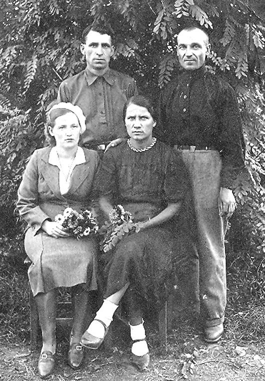 Фото из семейного альбома сделано летом 1941 года, перед уходом на фронт моих родных. Стоят: слева – И.Е. Мачулин, справа – Т.З. Девятко. Сидят: слева – моя мама Мария Тимофеевна, справа – жена дедушки Анастасия Матвеевна