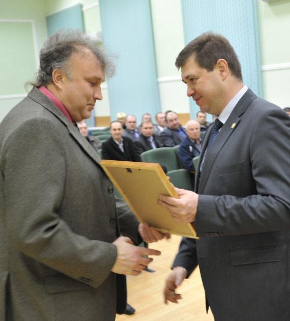 Глава района А.В. МЕЛЬНИКОВ вручает почетную грамоту преподавателю ОБЖ СШ № 12 В.Н. БУДЛЯНСКОМУ