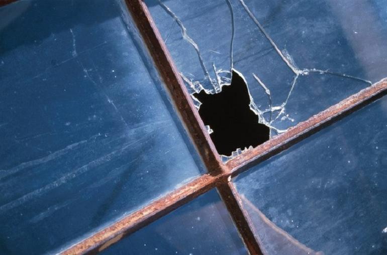 Кирпичом – в окно