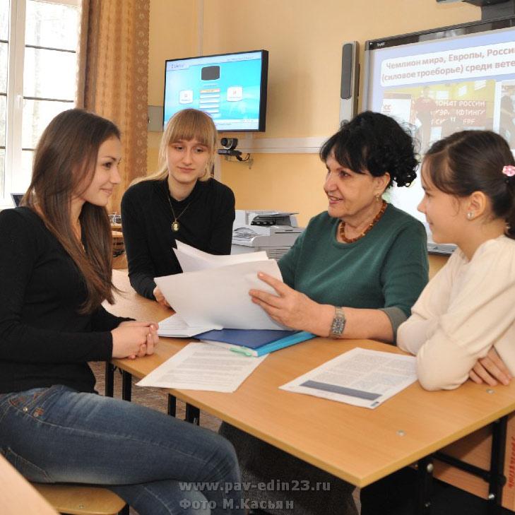 Слева направо: Кристина Мамедова, Яна Архипенко, учитель русского языка и литературы  Наталья Ивановна Ермоленко, Валерия Шулико.