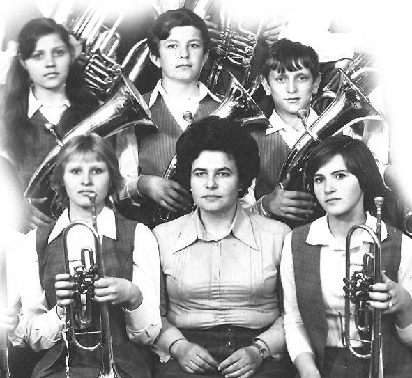 Любовь Захаровна Стельмах с группой юных оркестрантов. Фото конца 70-х годов.