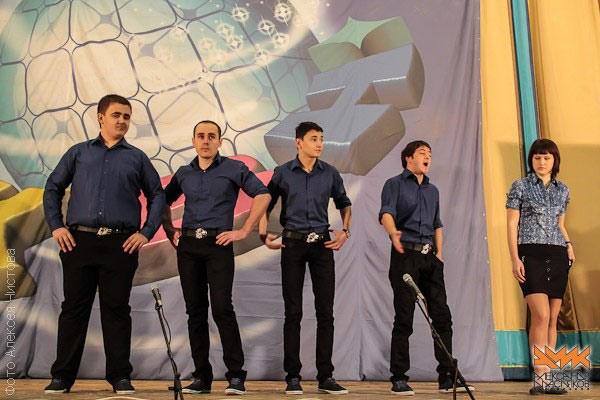 Шутят наши ребята Р. Донец, Р. Глянь, Н. Мурадашвили, С. Соколов  и А. Герелесова.