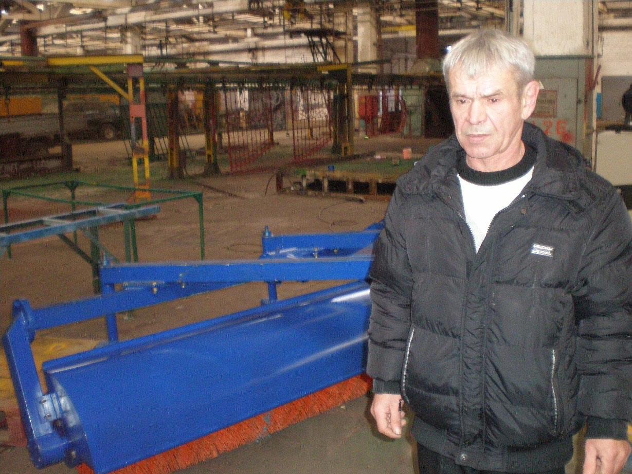 Начальник механосборочного цеха А.В. Стрюк– возле механической метлы, где используется уменьшенный редуктор