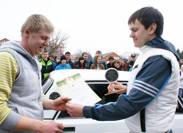 Поздравления принимает Антон Дубинин (слева)