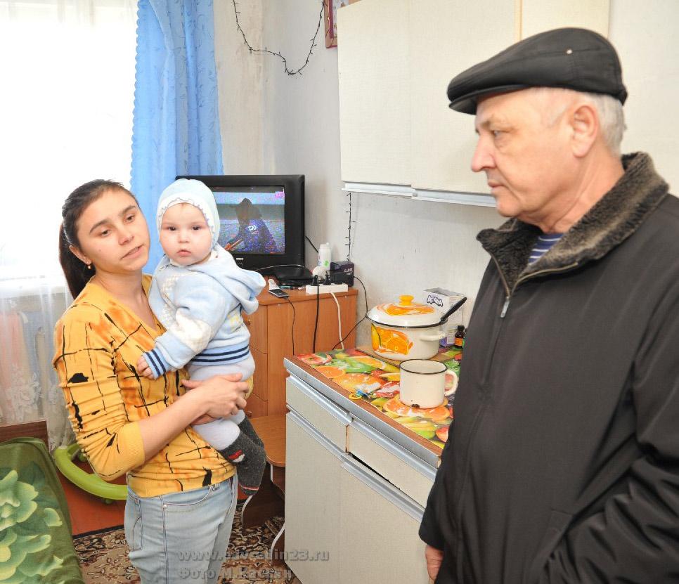 М.А. Лопаткина, проживающая в общежитии на ул. Советской, 133 и депутат ЗСК В.И. Сытник