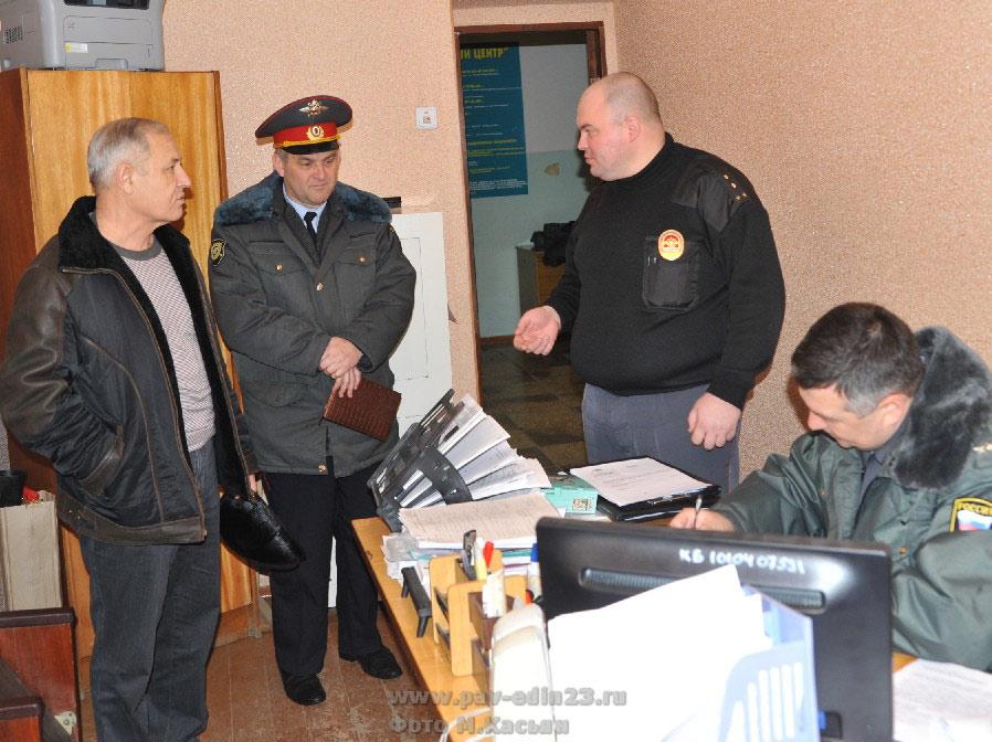 Депутат  ЗСК В.И. Сытник (слева) осматривает пункт участкового полиции в здании администрации Павловского сельского поселения