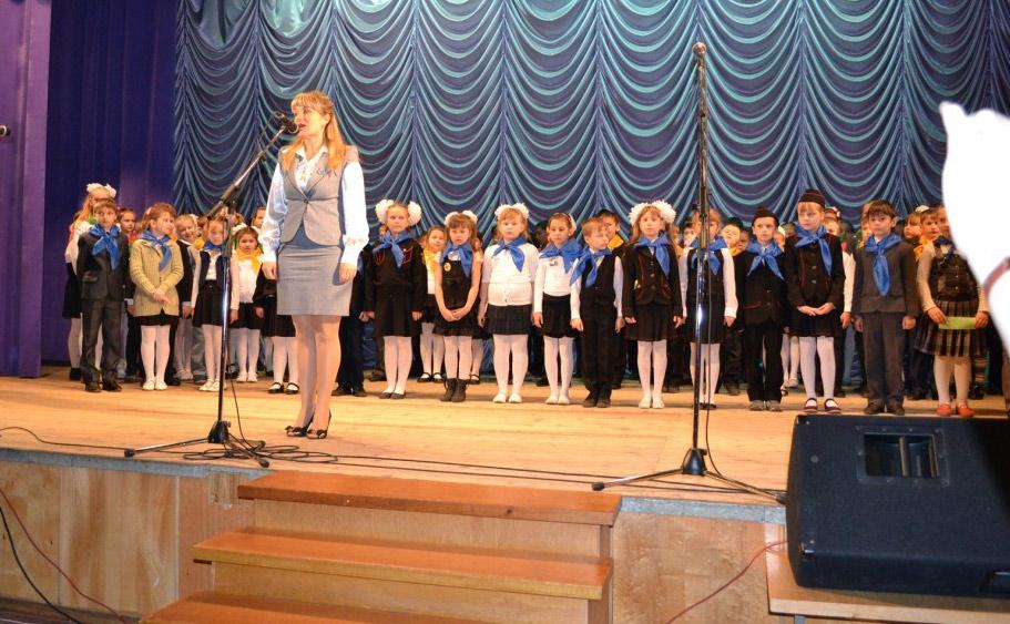Лучший классный руководитель района 2012 года Ирина Тертица поздравляет с первым  успехом  учеников начальной школы. Фото Павловского РИМЦ.
