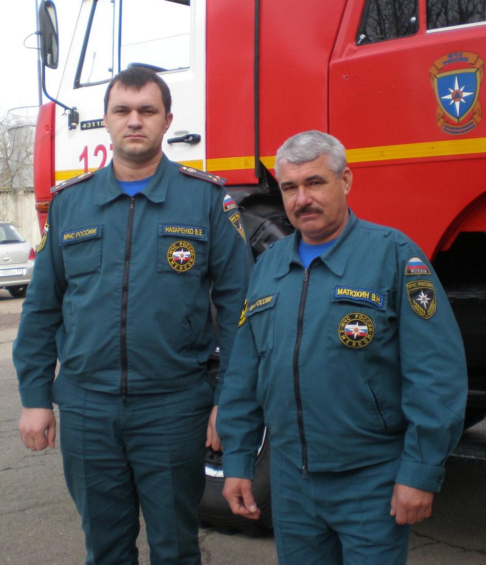 """В.В. Назаренко и В.Н. Матюхин возле пожарного """"восьмитонника"""""""