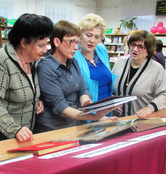"""Участники """"Библионочи"""" знакомятся с раритетными книжными изданиями"""