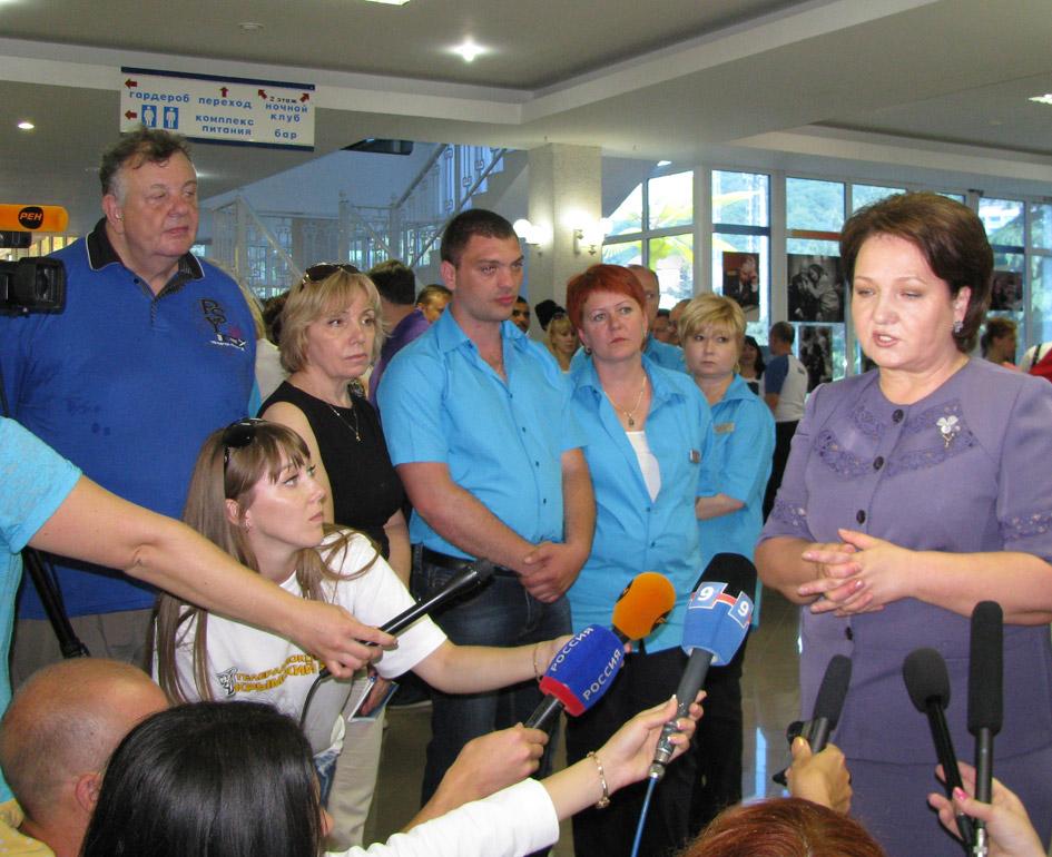 Сразу же после торжественной части вице-губернатор Галина Золина попала в окружение пишущих и снимающих журналистов