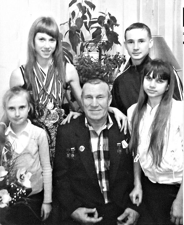 С.А. Мартыненко с любимыми внуками Полиной, Маргаритой, Антоном и Викторией