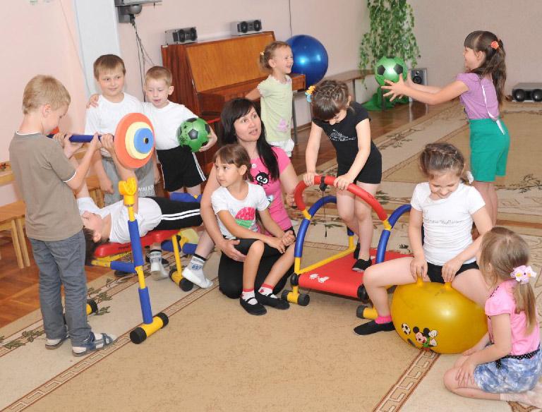 Любят ребята заниматься физкультурой  с инструктором Галиной Анатольевной ХОРИШМАН