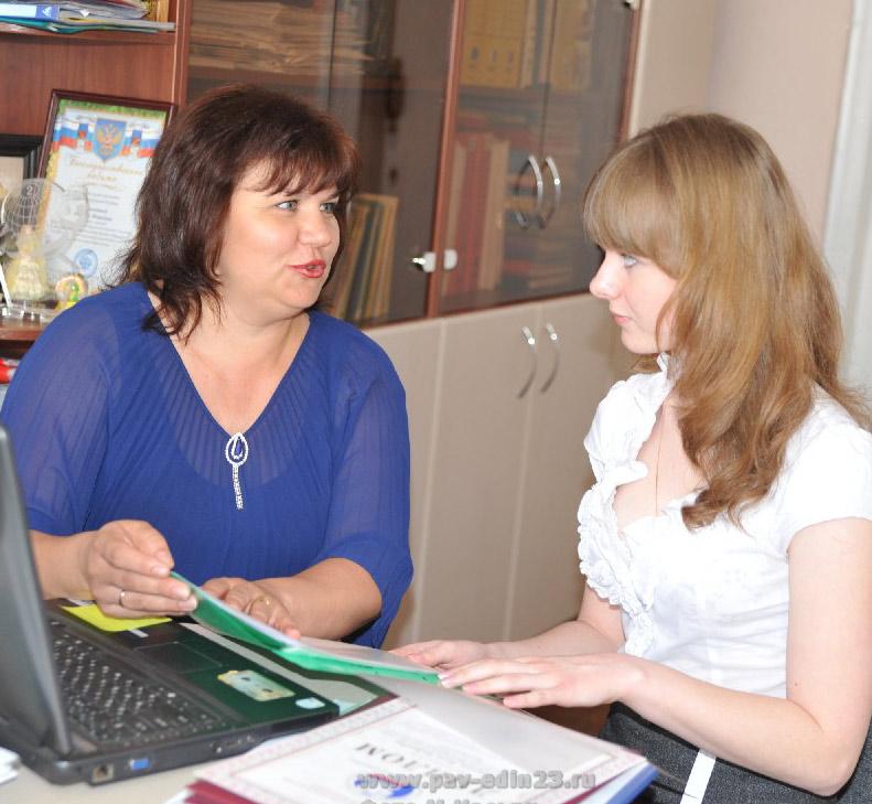 Триумфатор этого учебного года десятиклассница Анна Небеснюк (справа) с наставником, учителем СШ № 3 М.Воловодовой