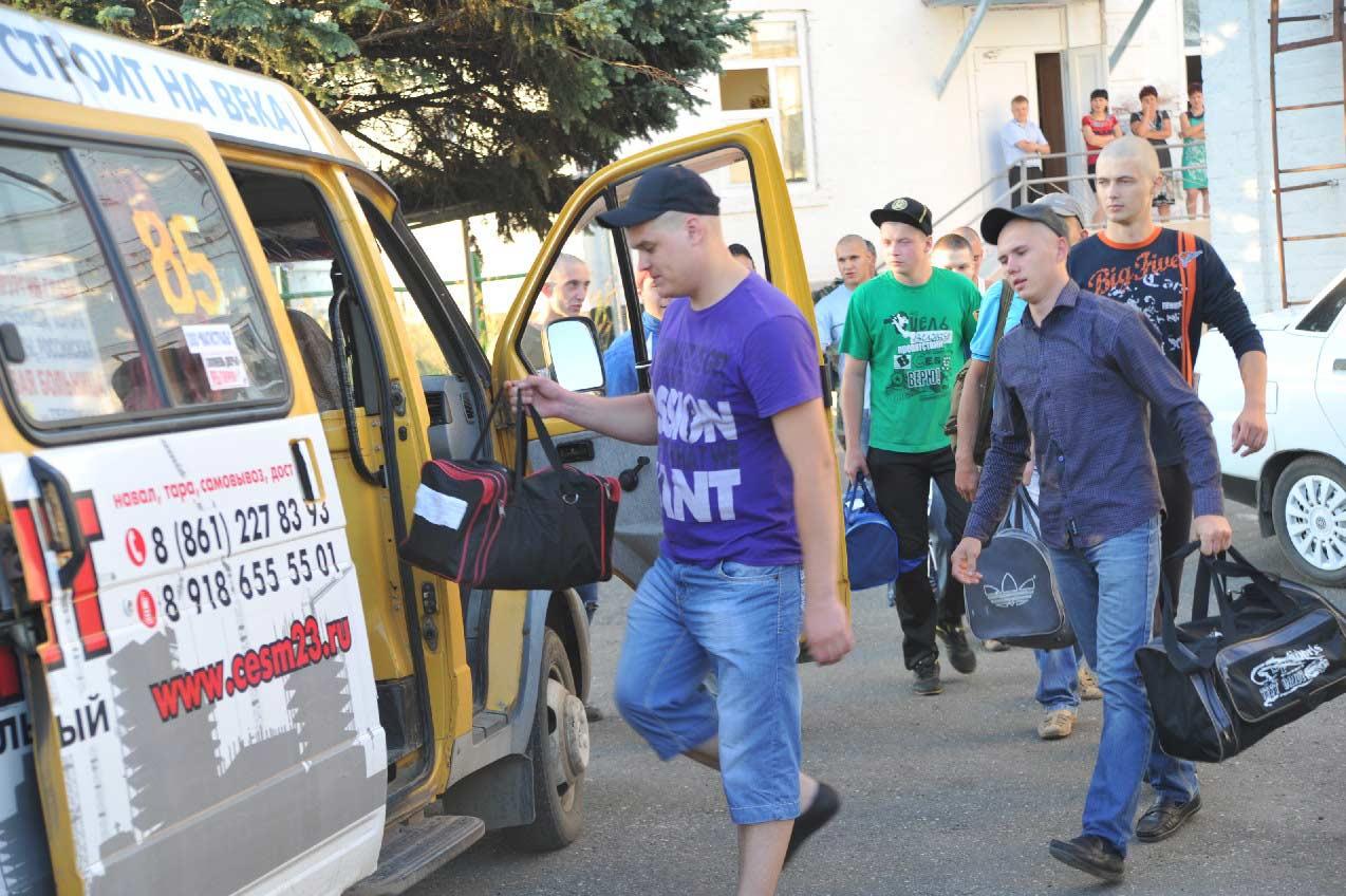 Новоиспеченных воинов ждет краевой сборный пункт в Краснодаре. Они занимают места в двух «ГАЗелях», которые стоят во дворе отдела военного комиссариата. Родные и друзья в это время ждут их за воротами