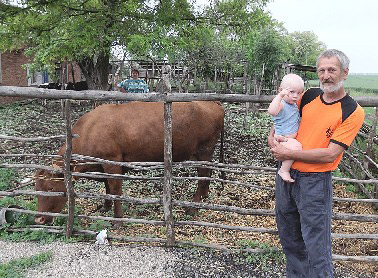 Валерий Юрьевич Мамелин с сыном возле одной из своих кормилиц
