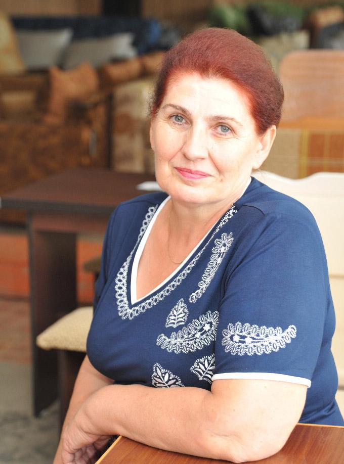 Продавец магазина № 11  Любовь Владимировна Фомина 40 лет работает в всистеме потребкооперации