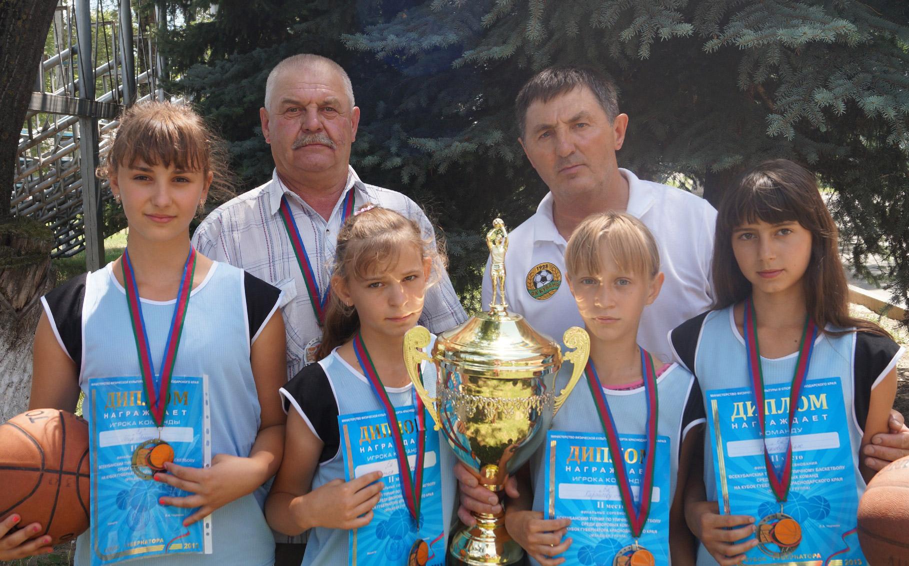 Команда стритболисток «Ея» вместе с наставниками С. Ермошиным и Н. Иванченко