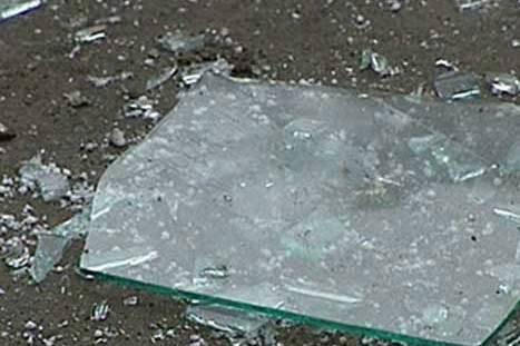 Приревновав, выбила стекла в окнах дома соперницы