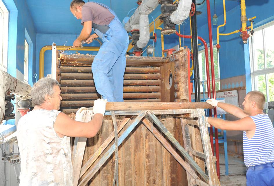 В этом году планируется запустить новую котельную и в станице Новопластуновской. Здесь бригада ОАО «Тепловые сети» занята на демонтаже старых котлов